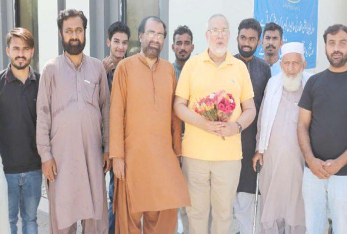 رحیم یارخان ،جماعت اسلامی یوتھ کے نوجوان شیخ زید ائرپورٹ پروطن واپسی پر ضلعی رہنما عابد حسین باجوہ کا استقبال کررہے ہیں