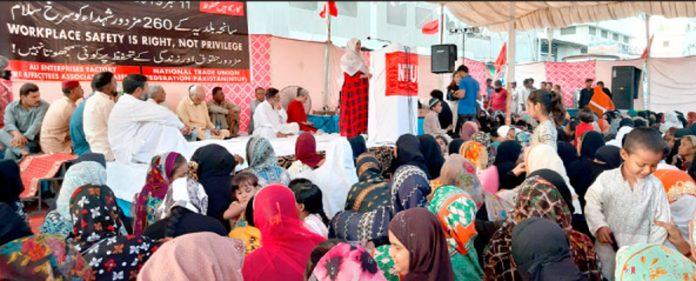 سانحہ بلدیہ فیکٹری میں جاںبحق مزدوروںکی 7ویں برسی کے موقع پرلواحقین اظہارخیال کررہے ہیں