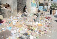 کوئٹہ ،مسجد روڈ کے سامنے جمع کچرے کے ڈھیر سے خانہ بندوش اپنے کام کی اشیا تلاش کررہا ہے