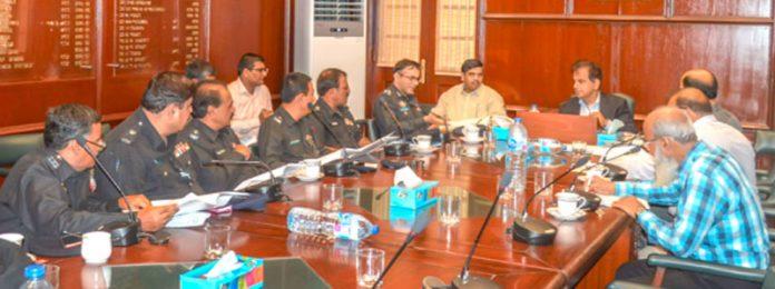 کمشنر کراچی افتخار شالوانی اپنے دفتر میں آرٹی اے اجلاس کی صدارت کر رہے ہیں