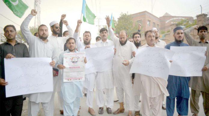 پشاور،جماعت اسلامی یوتھ کے ذمے داران پریس کلب کے سامنے ٹاک شو کے خلاف احتجاج کررہے ہیں