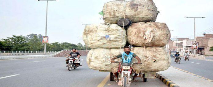 فیصل آباد ،موٹرسائیکل رکشے پربھاری سامان لاد کر اپنی منزل کی طرف جارہا ہے جو کسی بھی بڑے حادثے کاسبب بن سکتا ہے