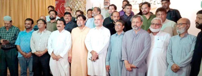 کے یو جے (دستور) کے زیراہتمام فاران کلب میں منعقدہ حلیم پارٹی میں امیر جماعت اسلامی کراچی حافظ نعیم الرحمن،پریس کلب کے سیکرٹری ارمان صابر اور صحافیوں کاگروپ فوٹو