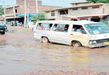 گوجرانوالہ ،سیوریج کے جمع پانی سے ٹرانسپورٹ کوگزرنے میں شدید پریشانی لاحق ہے