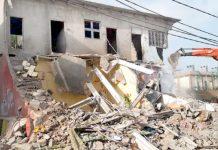ملیر کے علاقے میں انسداد تجاوزات کا عملہ غیر قانونی مکانات منہدم کر رہا ہے