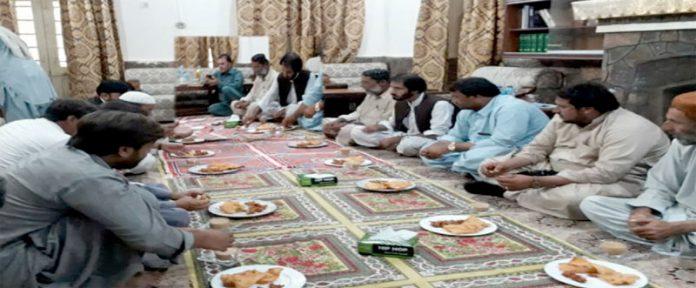 ہرنائی،جماعت اسلامی کا وفد ڈپٹی کمشنر اعظم جان دمڑ سے ملاقات میں علاقائی مسائل پر گفتگو کررہا ہے