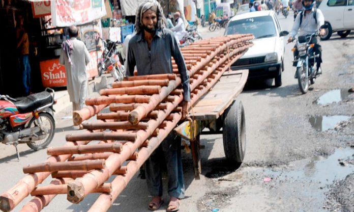 راولپنڈی، محنت کش نے ہتھ ریڑھے پر گنجائش سے زیادہ سامان لاد رکھا ہے جوکسی بھی حادثے کا سبب بن سکتا ہے
