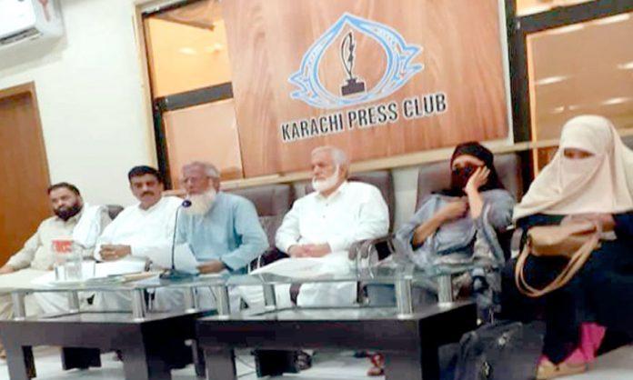 احسن آباد کوآپریٹو ہاؤسنگ سوسائٹی کے عہدیداران پریس کلب میں قبضہ مافیا کے خلاف پریس کانفرنس کر رہے ہیں
