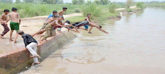 فیصل آباد ،گرمی کے ستائے ہوئے منچلے مقامی نہر میں نہانے کے لیے چھلانگ لگارہے ہیں
