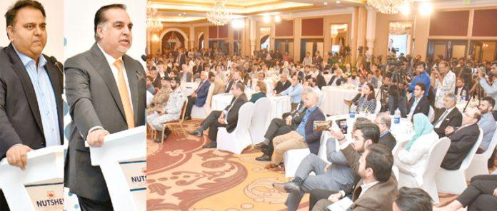 کراچی: گورنر سندھ عمران اسماعیل اور وفاقی وزیر سائنس اینڈ ٹیکنالوجی فواد چودھری سیمینار سے خطاب کررہے ہیں