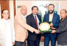 ایس ایم منیر اسلامک چیمبر آف کامرس کے سیکر یٹر ی جنرل یو سف حسن حلاوی کو شیلڈ پیش کررہے ہیں