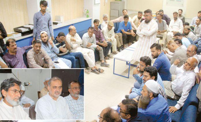 امیر جماعت اسلامی کراچی حافظ نعیم الرحمن سے کنیز فاطمہ سوسائٹی سرجانی ٹاؤن کے متاثرین کا وفد ملاقات کررہا ہے
