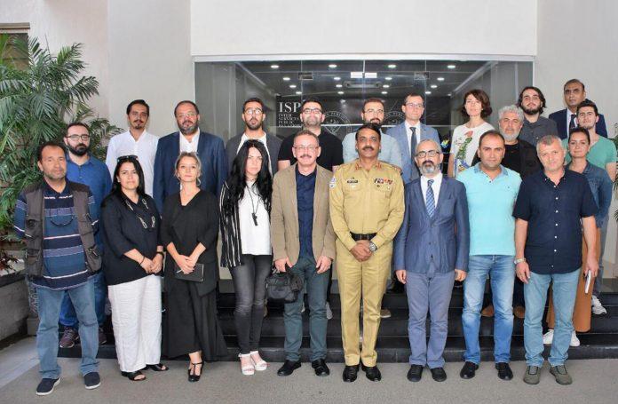 راولپنڈی: ڈی جی آئی ایس پی آر کی ترک صحافیوں کے وفد کے ساتھ گروپ فوٹو
