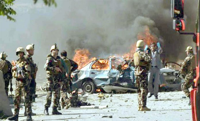 کابل: صدر اشرف غنی کی ریلی میں دھماکے کے بعد سیکورٹی اہلکاروں نے جائے وقوع کو گھیرے میں لیا ہوا ہے