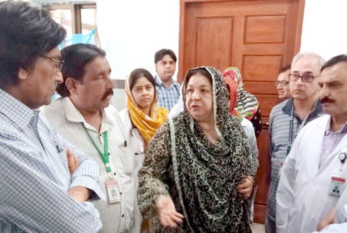 وزیر صحت پنجاب ڈاکٹر یاسمین راشد بے نظیر بھٹو اسپتال راولپنڈی کا دورہ کررہی ہیں