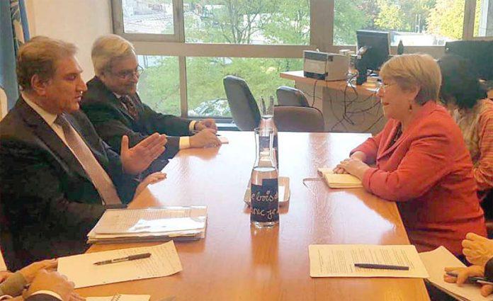 جنیوا: وزیر خارجہ شاہ محمود قریشی اقوام متحدہ کی ہائی کمشنر برائے انسانی حقوق مشیل باچلیٹ سے ملاقات کے دوران مقبوضہ کشمیر کے حالات سے آگاہ کررہے ہیں