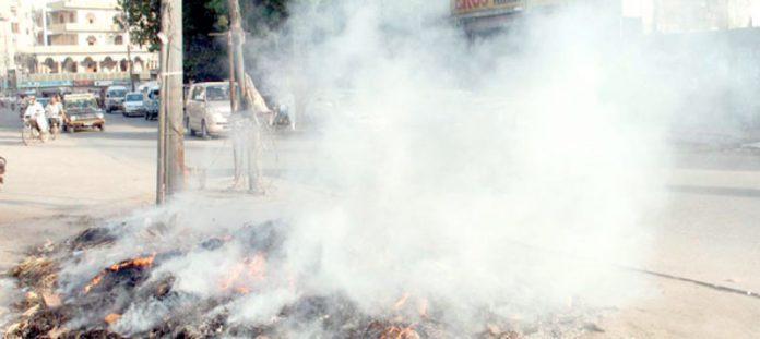 گرومندرکے قریب لوگوںنے سڑک پر کچراجمع کرکے جلایاہوا ہے