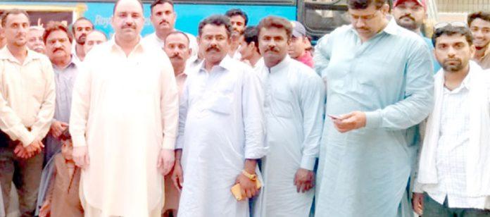 آل سندھ پیپلز پیرا میڈیکل اسٹاف کے جنرل ورکرز اجلاس کے بعد صوبائی صدر سلیمان میمن کا نیاز خاصخیلی و دیگر کے ساتھ گروپ فوٹو