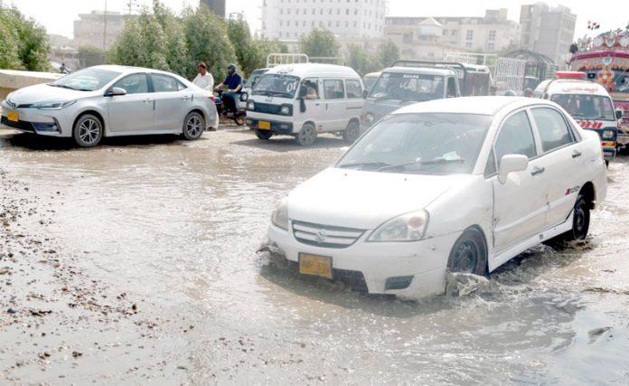 کورنگی انڈسٹریل ایریا کی ٹوٹی ہوئی سڑک اور سیوریج کے پانی کی وجہ سے ٹریفک کو شدید دشواری کا سامنا ہے