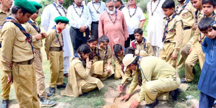پریمیئر پبلک اسکول اسکاؤٹس کے زیرِ اہتمام شجر کاری مہم کے موقع پر اسکاؤٹس پودالگارہے ہیں