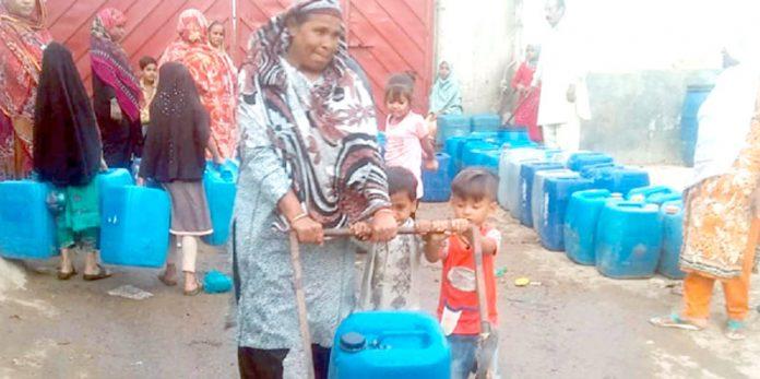 اورنگی ٹاؤن کے علاقے میں پانی کے مصنوعی بحران کے باعث خواتین پانی کے لیے سرگرداں ہیں