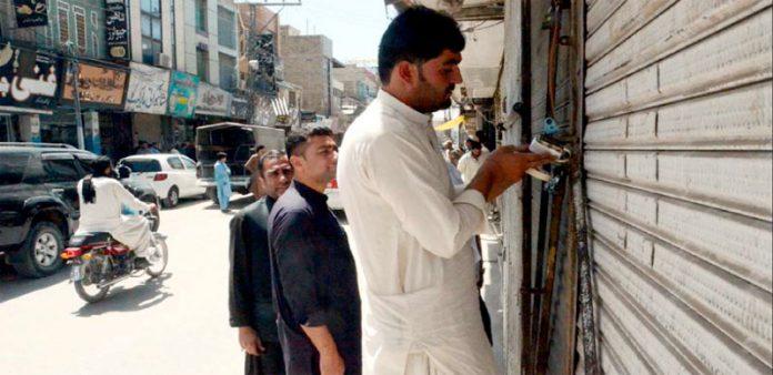 کوئٹہ : محرم الحرام میں سخت سیکورٹی کے باعث جلوس کی گزر گاہوں سے متصل دکانوں کو سیل کیا جارہا ہے