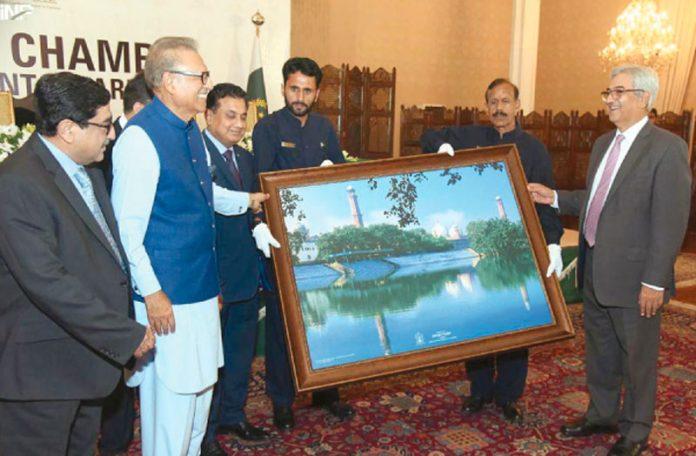 اسلام آباد: لاہورچیمبر آف کامرس انڈسٹری کی جانب سے صدر عارف علوی کو یادگاری طغریٰ پیش کیا جارہا ہے