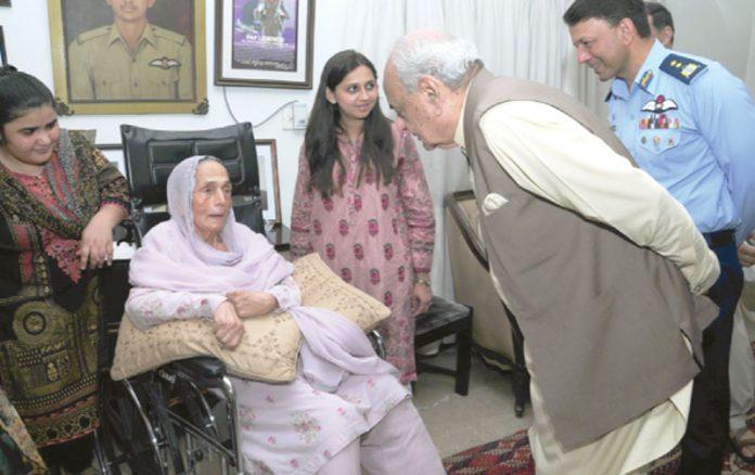 کراچی:وفاقی وزیرداخلہ اعجاز شاہ، ائر وائس مارشل عباس گھمن ودیگر شہید راشد منہاس کی والدہ سے ملاقات کررہے ہیں