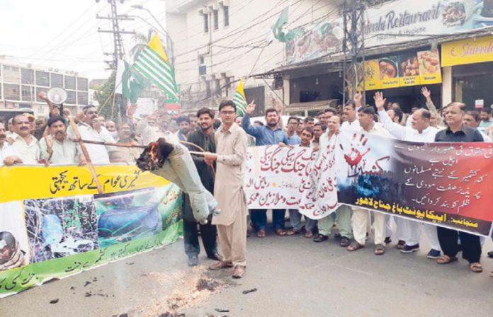 لاہور: ایپکاکے زیر اہتمام کشمیریوں سے اظہار یکجہتی کے لیے نکالی جانے والی ریلی میں مودی کا پتلا نذرآتش کیا جارہاہے
