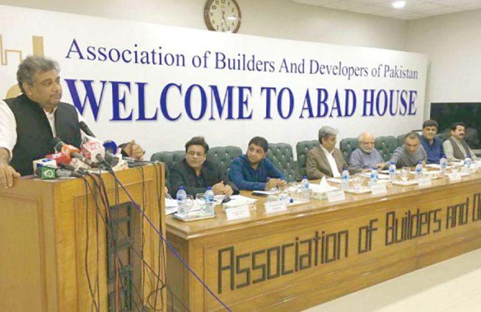 وفاقی وزیر علی زیدی آباد کے تحت کشمیر یوں سے یکجہتی اور یوم دفاع کے حوالے سے تقریب سے خطاب کررہے ہیں