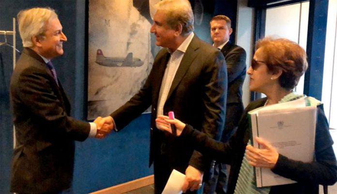 جنیوا: وزیر خارجہ شاہ محمود قریشی کے جنیوا پہنچنے پر جرمنی میں پاکستانی سفیر احمد وڑائچ استقبال کررہے ہیں
