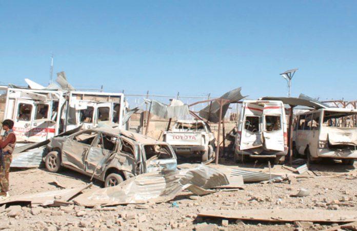 کابل: قلات میں دھماکے سے تباہ ہونیوالی گاڑیوںکے قریب سیکورٹی اہلکار چوکس کھڑا ہے