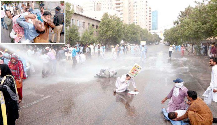 کراچی: پولیس وزیراعلیٰ ہاؤس جانے کی کوشش پراساتذہ پر واٹرکینن کا استعمال کررہی ہے ' اساتذہ اپنے ساتھی کی حالت خراب ہونے پر اٹھا کر لے جارہے ہیں