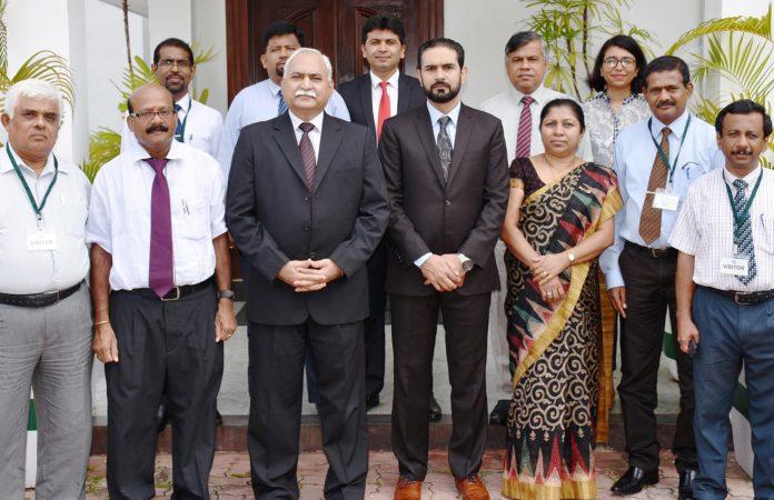 کولمبو: سری لنکا کے بیورو کریٹس کا وفد پاکستانی ہائی کمشنر میجر جنرل (ر) ڈاکٹر شاہد احمد حشمت سے ملاقات کررہا ہے
