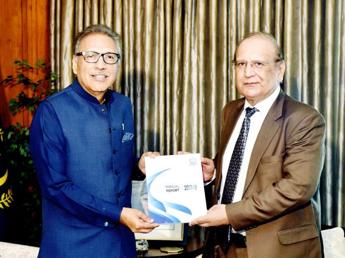 اسلام آباد: صدرمملکت ڈاکٹر عارف علوی کو آڈیٹر جنرل پاکستان جاوید جہانگیر سالانہ آڈٹ رپورٹ پیش کررہے ہیں