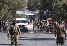 افغانستان کے دارالحکومت کابل میں دھماکے کے بعد سیکورٹی اہلکار جائے وقوع سے شواہد اکھٹے کررہے ہیں