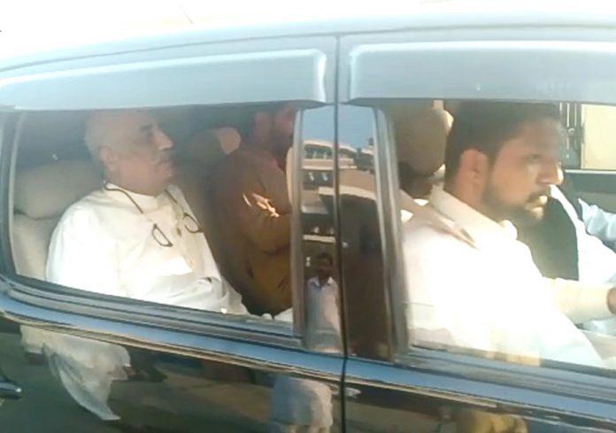 اسلام آباد: نیب اہلکار پیپلزپارٹی کے مرکزی رہنما سید خورشید شاہ کو گرفتار کرکے لے جارہے ہیں