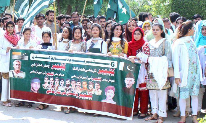 حیدرآباد: اسرا یونیورسٹی کی یوم دفاع اور کشمیریوںسے یکجہتی کیلیے نکالی گئی ریلی میں طلبہ و طالبات شریک ہیں