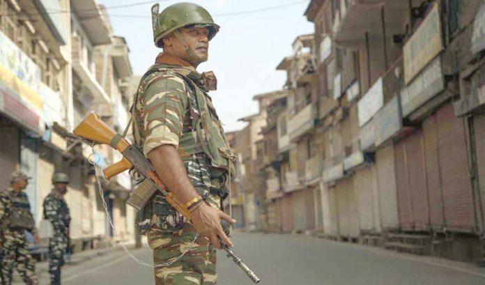 سری نگر: قابض فوجی کرفیو کے32ویں دن سنسان سڑک پر پہرہ دے رہا ہے