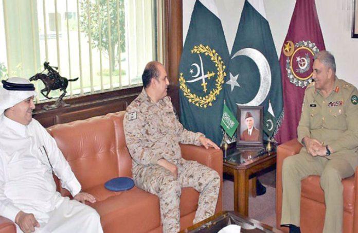 راولپنڈی: آرمی چیف جنرل قمر جاوید باجوہ سے سعودی وزیر دفاع کے مشیر میجر جنرل طلال عبداللہ ملاقات کررہے ہیں