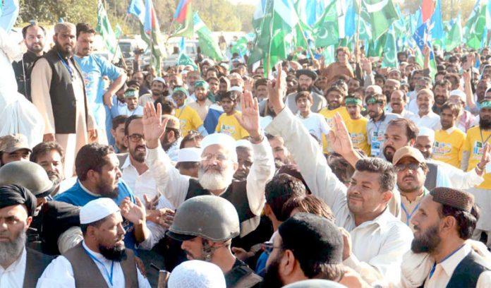 کوئٹہ: امیر جماعت اسلامی سراج الحق مارچ میں شریک افراد کو استقبالی نعروں کا جواب دے رہے ہیں