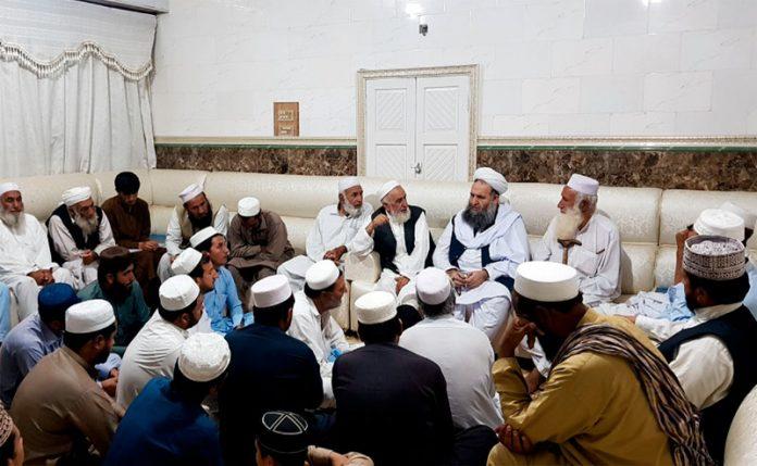 لنڈی کوتل: وفاقی وزیرمذہبی امور پیر نورالحق قادری اپنے حلقے کے مشران کے مسائل سن رہے ہیں