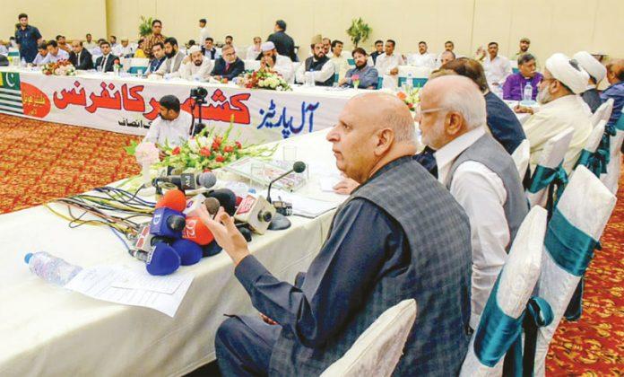 لاہور: گورنر پنجاب چودھری محمد سرور آل پارٹیز کشمیر کانفرنس سے خطاب کررہے ہیں