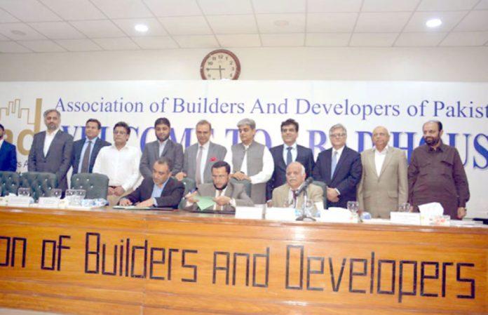 کراچی: آباد اور سی ڈی سی کے درمیان مفاہمت کی یادداشت پر بدیع الدین اکبر اور اور عبدالکریم آڈھیا دستخط کررہے ہیں