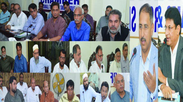 حیدرآباد: ڈی جی ایچ ڈی اے محمد نواز سوہو اور صدر حیدرآباد چیمبر محمد فاروق شیخانی تاجروںسے خطاب کررہے ہیں