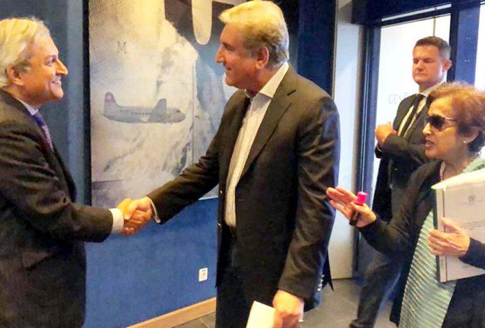 جنیوا: وزیر خارجہ شاہ محمود قریشی کے جنیوا پہنچنے پر جرمنی میں پاکستانی سفیر احمد وڑائچ مصافہ کررہے ہیں
