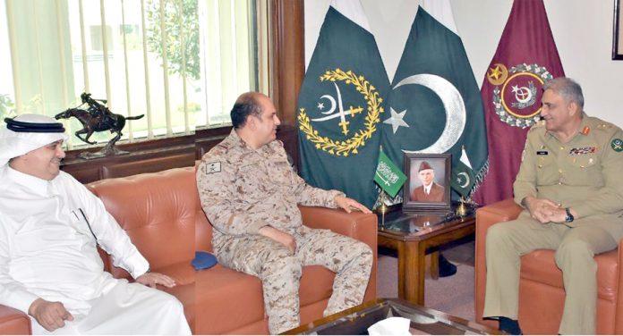 راولپنڈی: آرمی چیف جنرل باجوہ سے سعودی وزیر دفاع کے مشیر میجر جنرل طلال عبداللہ ملاقات کررہے ہیں