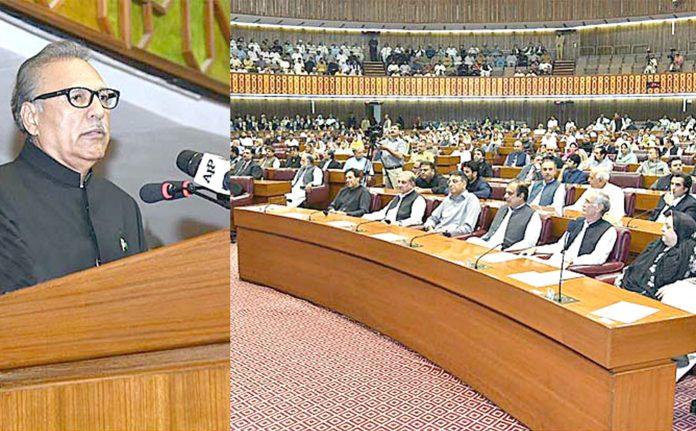اسلام آباد: صدر مملکت ڈاکٹر عارف علوی پارلیمنٹ کے مشترکہ اجلاس سے خطاب کررہے ہیں،وزیراعظم عمران خان بھی موجود ہیں
