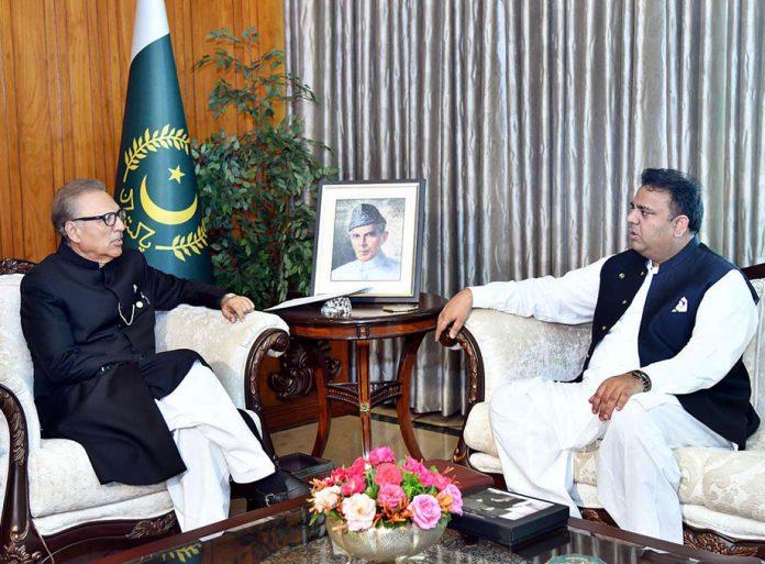 اسلام آباد: صدر مملکت ڈاکٹر عارف علوی سے وفاقی وزیر سائنس و ٹیکنالوجی فواد چودھری ملاقات کررہے ہیں