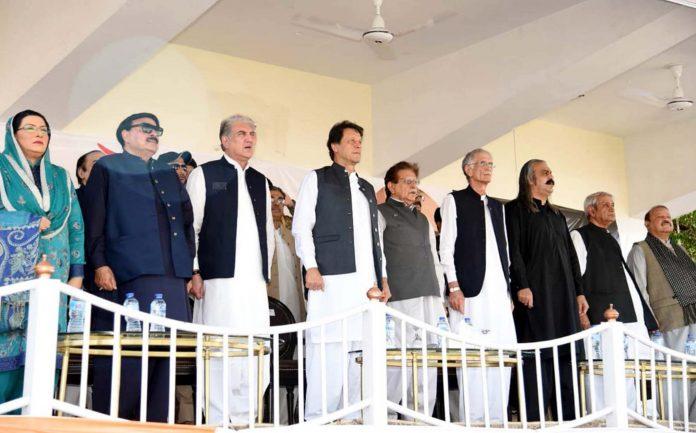 مظفر آباد: وزیراعظم عمران خان وفاقی وزرا ودیگر کشمیر یکجہتی جلسے کے دوران قومی ترانے کے احترام میں کھڑے ہوئے ہیں